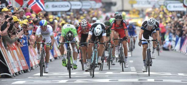 Peter Sagan battu sur la ligne par Matto Trentin (crédit photo : ASO / Le Tour de France).
